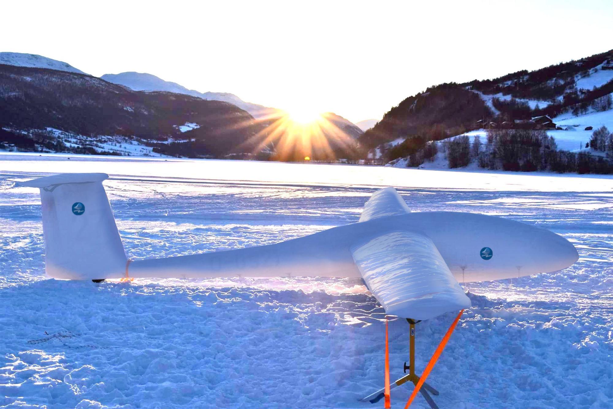 Segelflugzeug mit Jaxida-Cover in Eis und Schnee